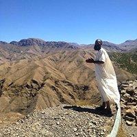 Uomo su una montagna in Marocco