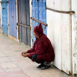 Uomo in jellaba a Essaouira