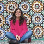 In posa davanti ai mosaici marocchini